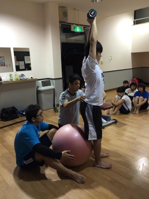 バランスボールを用いたストリームライン・スクワットの練習